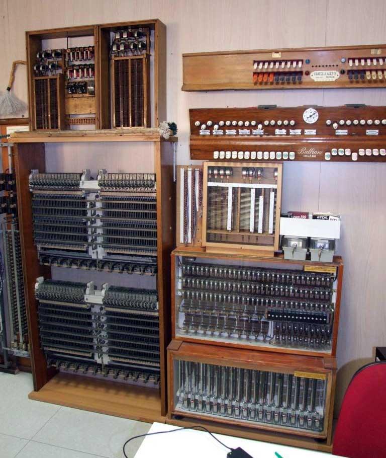 Fotografia con una piccola parte dei reperti elettrici organari del passato conservati dalla SPRAE