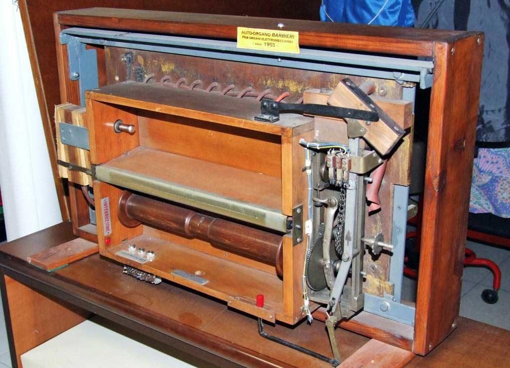 """Lettore elettropneumatico di rulli a """"depressione"""" costruito nel 1955 dalla Barbieri di Milano."""