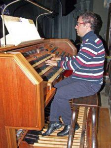 Il maestro Lorenzo Zandonella all'organo
