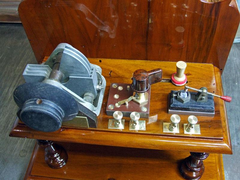 La mensola della galena ultimata con tutti i componenti montati e collegati.