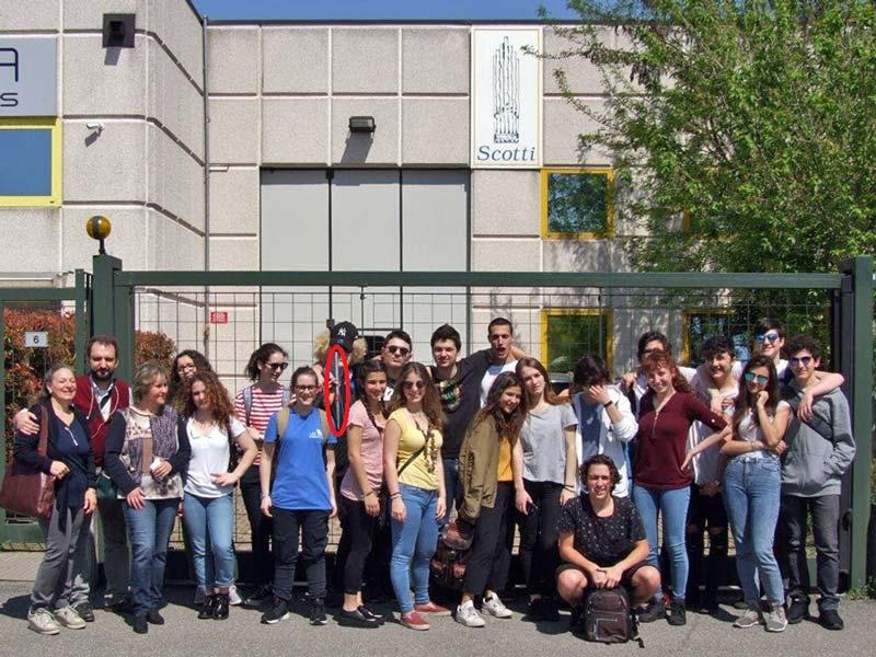 Figura 16 - Foto di gruppo davanti ai cancelli della ditta Scotti al termine della visita formativa. Luca Scotti ha donato la canna costruita a uno studente che entusiasta la esibisce in questa immagine. (Vedi ovale di colore rosso)