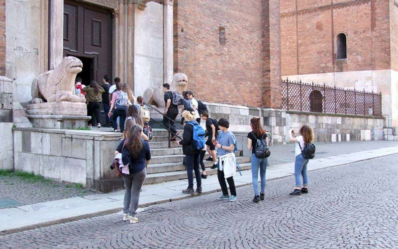 """Figura 18 - Dopo la pausa """"mangereccia"""" eravamo attesi presso il Duomo di Cremona nel quale, grazie all'interessamento dell'insegnante Flavia Crotta, tutti gli studenti hanno potuto visionare e suonare l'organo a canne presente nel luogo di culto. Nell'immagine: l'ingresso degli studenti da una porta laterale del Duomo."""