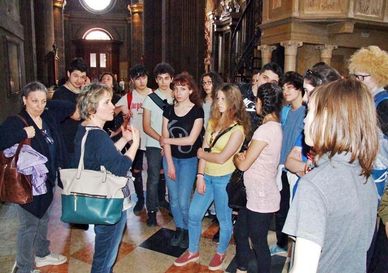 """Figura 19 - All'interno del Duomo la Prof.ssa Flavia Crotta, che ricordo è organista diplomata, spiega agli studenti del """"Grassi"""" come è costituito un organo a canne."""