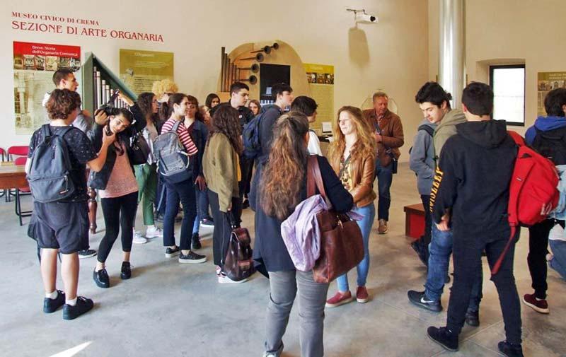 Figura 2 - Gli studenti dell'Istituto G.B. Grassi di lecco all'ingresso del Museo di organaria di Crema.