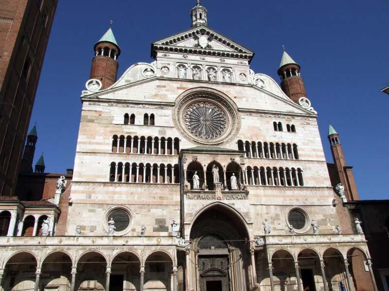 Figura 21 - La maestosa facciata del Duomo di Cremona.