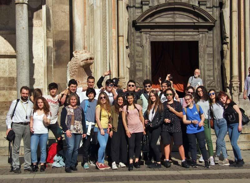 Figura 22 - La foto ricordo con gli alunni dell'Istituto G.B. Grassi di Lecco; è stata scattata davanti all'ingresso principale del Duomo di Cremona.