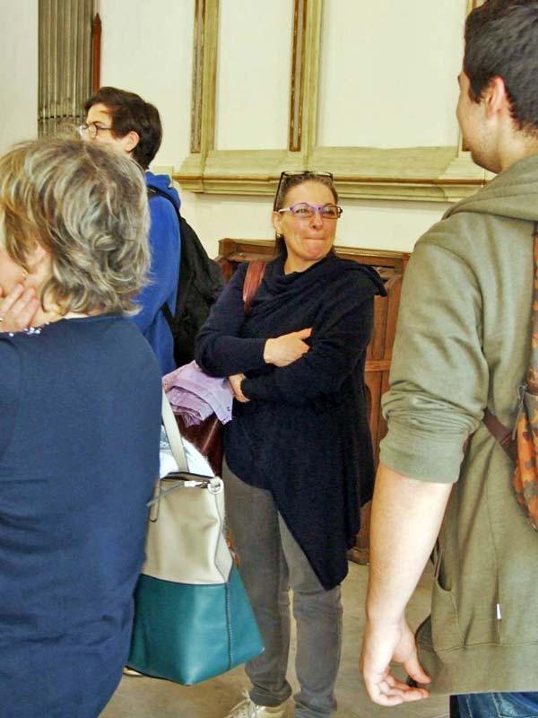 Figura 5 - La Prof.ssa Maria Grazia Liguori che con l'organista Flavia Crotta hanno seguito gli studenti durante tutta la giornata formativa.