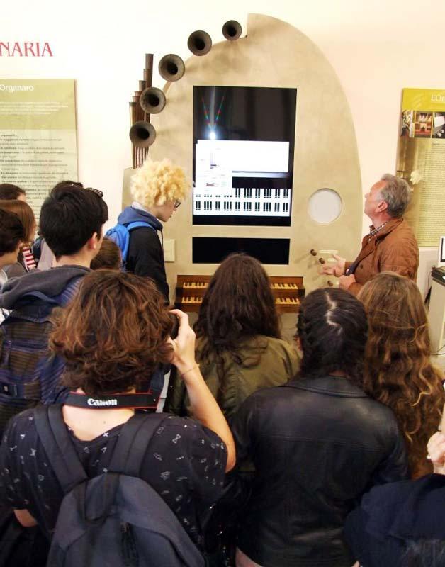 """Figura 6 - L'organo """"virtuale"""" presente nel Museo è stato appositamente progettato per spiegare agli alunni delle scuole come funziona l'organo a canne."""
