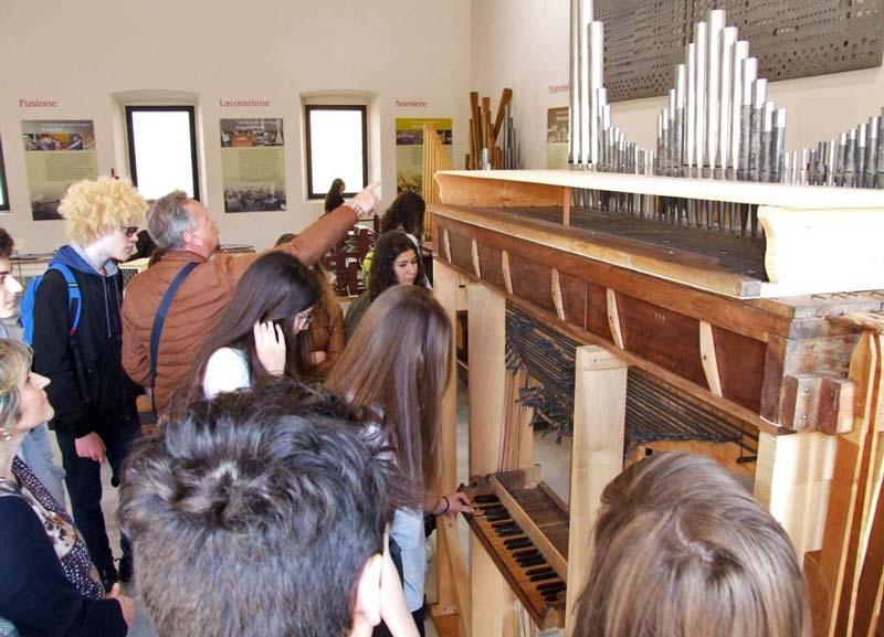 Figura 7 - Il Direttore del Museo spiega agli studenti quali sono le parti che compongono un organo a canne.