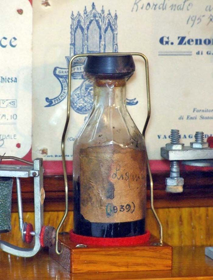 Figura 22 (sopra) e Figura 23 (sotto) - La collocazione e il sistema di fissaggio costruito per la piccola boccetta in vetro che è stata oggetto di questo articolo.