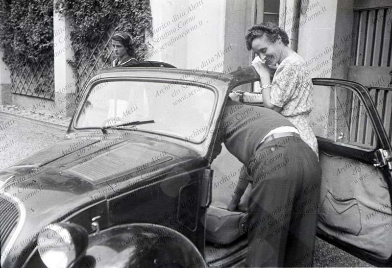 Figura 4 - La scansione digitale della pellicola negativa con l'automobile Fiat 500A di Enrico Aletti; la signora in piedi, che sembra dialogare con l'uomo reclinato nell'abitacolo, è Antonietta Calvi, la moglie di Enrico Aletti.