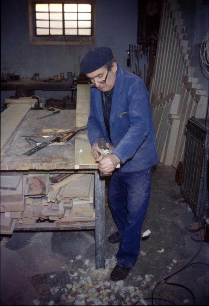 Alessandro Corno al lavoro nel suo laboratorio verso gli anni '80 del secolo scorso.