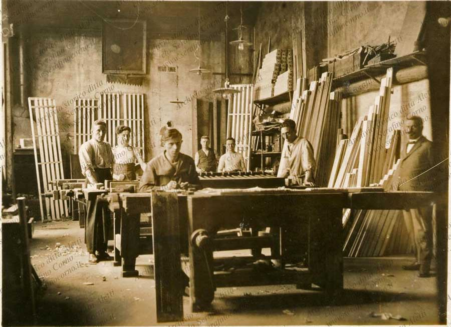 Le maestranze del reparto di falegnameria della ditta Fratelli Aletti in una fotografia della seconda metà dell'ottocento; sulla estrema destra il titolare: Attilio Aletti.