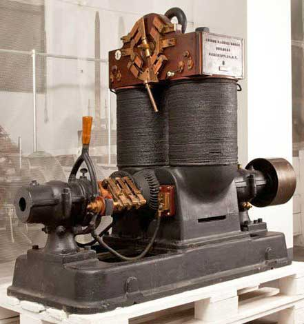 Una delle grandi dinamo originali Jumbo di Edison che vennero utilizzate nella centrale di S. Radegonda.