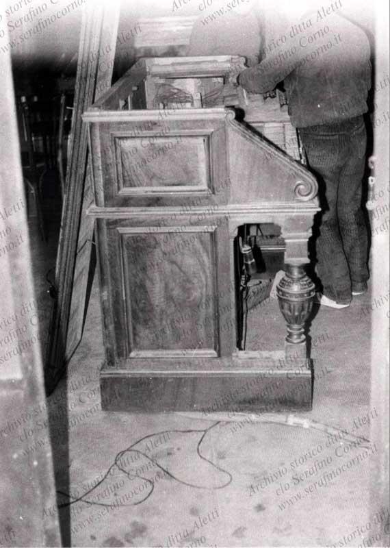 La seconda consolle elettrica dell'organo Aletti sito nella chiesa di S. Stefano Maggiore; era posizionata al piano del pavimento a una trentina di metri dal corpo organo. Permetteva di suonare lo strumento a distanza senza doversi recare direttamente in cantoria sull'organo.