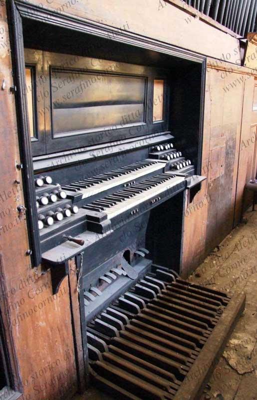 La consolle elettrica attuale dell'organo Aletti di S. Stefano Maggiore a Milano; è a incasso e solidale con il corpo d'organo; permetteva di suonare lo strumento dalla cantoria, come un normale organo antico a trasmissione meccanica.