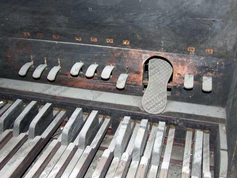 Immagine ravvicinata della pedaliera di Fig.43; da questa immagine è facile osservare la numerazione progressiva dei pedaletti.