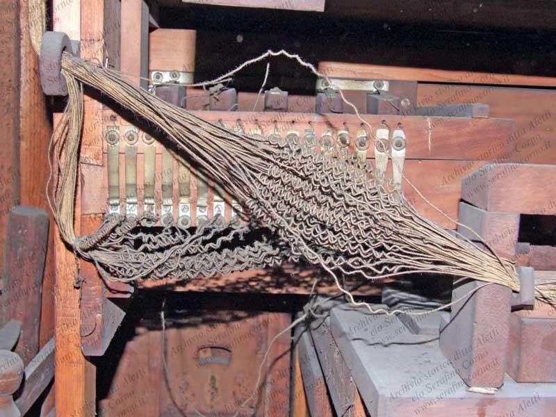 Questa immagine ritrae il sistema di collegamento dei cavi ai contatti dei pomelli; i fili elettrici in cotone partono da questa contattiera e vanno ad alimentare gli elettromagneti dei registri.