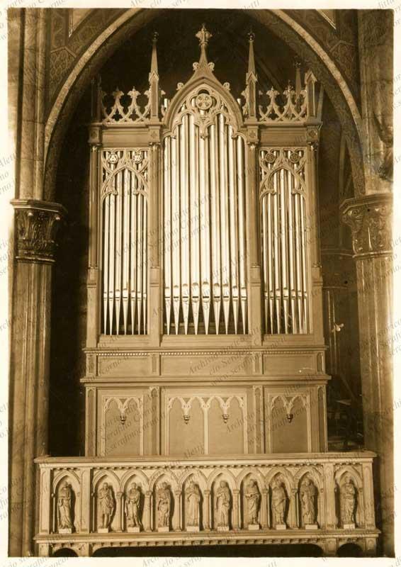 """L'organo costruito dalla ditta """"Fratelli Aletti"""" sito nella chiesa della S.S. Trinità di Monza chiamata anche chiesa degli """"artigianelli""""."""